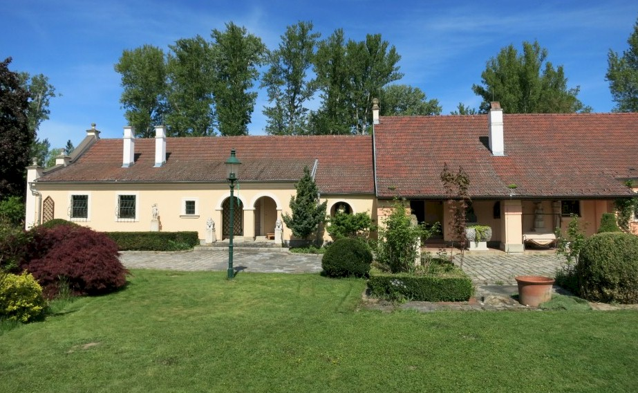 Country estate for sale commuting distance to Vienna